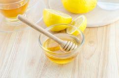 Miel con el limón y el té en la tabla de madera Foto de archivo libre de regalías