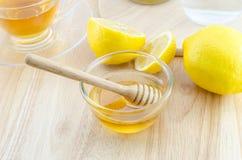 Miel con el limón y el té en la tabla de madera Imagen de archivo libre de regalías