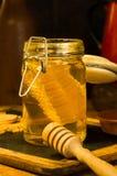 Miel con el peine de la miel en un tarro Imagen de archivo