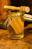 Miel con el peine de la miel en un tarro Fotografía de archivo libre de regalías
