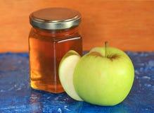 Miel con la manzana verde para Rosh Hashanah Imagen de archivo