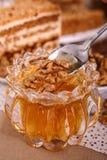 Miel con la nuez Fotos de archivo