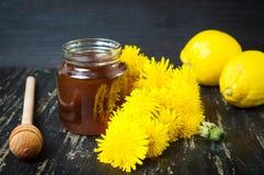 Miel con las flores y el limón del diente de león Foto de archivo