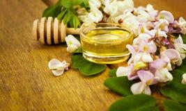 Miel con los flores del acacia Imágenes de archivo libres de regalías