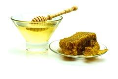 Miel con los panales en una placa de cristal aislada en un fondo blanco Imagen de archivo libre de regalías