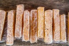 Miel con los panales llenos en envoltorios de plástico Imagen de archivo