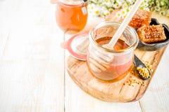 Miel con los peines del polen y de la miel imagen de archivo