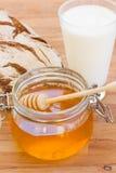 Miel con pan y leche Fotos de archivo