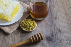 Miel con polen del panal y de la abeja Imagen de archivo