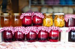 Miel, confiture, confiserie, confiture des herbes écologiques de montagne et fruits dans des pots en verre, le concept des produi image stock
