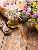 Miel cru frais et fleurs sauvages photographie stock