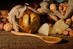 Miel d'or avec des fruits images stock