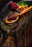 Miel d'or de plat et de fleurs colorées Photographie stock libre de droits
