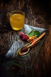 Miel d'or de plat et de fleurs colorées Photo libre de droits