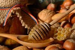 Miel d'or et fruits écossés Images stock