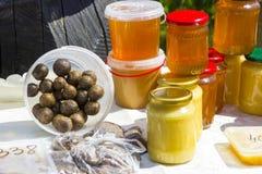 Miel dans des boîtes et la propolis photos stock