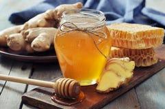 Miel dans le pot avec du gingembre frais Image stock