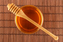 Miel dans le pot avec le plongeur sur le tapis Image libre de droits