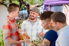 Miel de achat d'homme bel au marché d'agriculteurs Image libre de droits