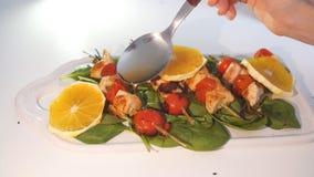 Miel de colada de la mano femenina al kebab con la fruta Concepto del cartel de la decoración del menú de la comida metrajes