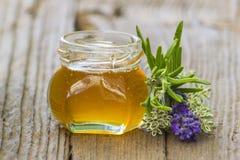 Miel de fines herbes avec les herbes fraîches Photos libres de droits