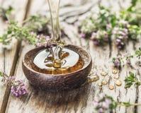 Miel de fines herbes versant dans la cuvette en bois Photos libres de droits