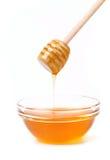 Miel de la abeja con el cazo de madera. Fotos de archivo libres de regalías