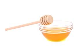 Miel de la abeja con el cazo de madera Imágenes de archivo libres de regalías