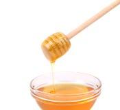 Miel de la abeja con el cazo de madera. Imagenes de archivo