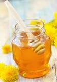 Miel de la flor en el tarro de cristal Fotos de archivo