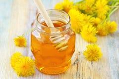Miel de la flor en el tarro de cristal Imagenes de archivo