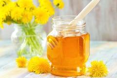 Miel de la flor en el tarro de cristal Foto de archivo libre de regalías