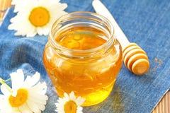 Miel de la flor en el tarro de cristal Fotografía de archivo libre de regalías