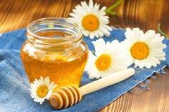 Miel de la flor en el tarro de cristal Foto de archivo
