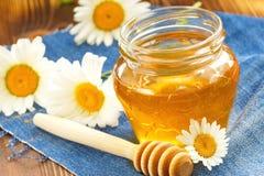 Miel de la flor en el tarro de cristal Imagen de archivo libre de regalías