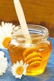Miel de la flor en el tarro de cristal Imágenes de archivo libres de regalías