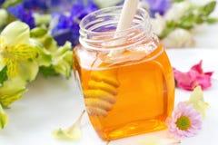 Miel de la flor en los tarros de cristal Imágenes de archivo libres de regalías