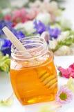 Miel de la flor en los tarros de cristal Fotografía de archivo libre de regalías