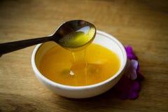 Miel de la flor en una taza blanca Foto de archivo libre de regalías