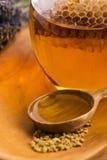 Miel de la lavanda con polen de la abeja y el peine de la miel Fotos de archivo