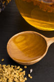 Miel de la lavanda con polen de la abeja y el peine de la miel Imagenes de archivo