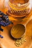 Miel de la lavanda con polen de la abeja y el peine de la miel Fotografía de archivo