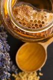 Miel de la lavanda con polen de la abeja y el peine de la miel Imágenes de archivo libres de regalías
