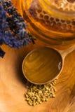 Miel de la lavanda con polen de la abeja y el peine de la miel Fotos de archivo libres de regalías