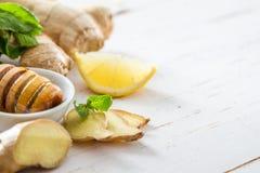 Miel de menthe de citron de gingembre sur le fond en bois blanc Photographie stock