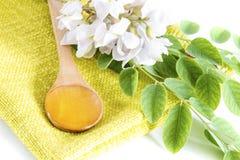 Miel del acacia en cuchara Fotos de archivo