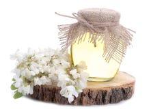Miel del acacia en un tarro de cristal grande Aislado imágenes de archivo libres de regalías