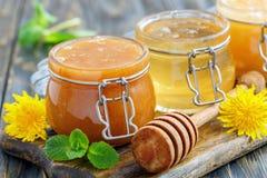 Miel del alforfón y de la cal en los tarros de cristal Fotos de archivo libres de regalías