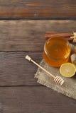 Miel del brezo con el honeystick, el canela y el limón Imágenes de archivo libres de regalías
