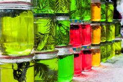 Miel del color en tarros fotos de archivo
